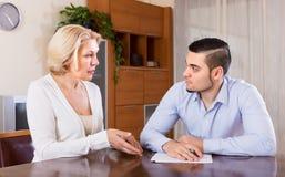 成人儿子和资深母亲有纸的 免版税库存图片