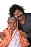 成人儿子和他的老化母亲 免版税库存图片