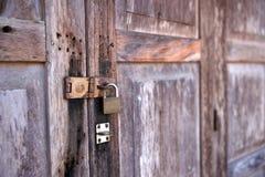 成人儿童门把手暂挂锁定 免版税库存照片
