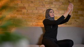成人可爱的回教女性特写镜头画象愉快地微笑的hijab的采取在电话的selfies和一会儿 影视素材