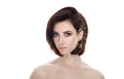成人可爱的新鲜的看起来的深色的妇女秀丽画象有华美的摆在反对isolat的构成diy戴头受话器突然移动发型的 图库摄影