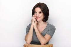 成人可爱的新鲜的看起来的深色的妇女秀丽画象有摆在反对白色背景的突然移动发型的显示情感和 免版税库存照片