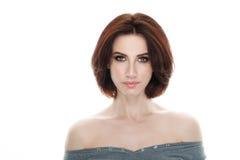 成人可爱的新鲜的看起来的深色的妇女秀丽画象有摆在反对被隔绝的白色backg的华美的构成突然移动发型的 免版税库存图片