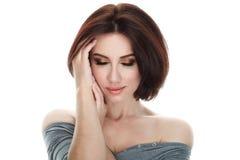 成人可爱的新鲜的看起来的深色的妇女秀丽画象有摆在反对被隔绝的白色backg的华美的构成突然移动发型的 免版税库存照片