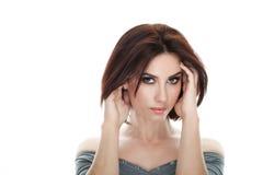成人可爱的新鲜的看起来的深色的妇女秀丽画象有摆在反对被隔绝的白色backg的华美的构成突然移动发型的 免版税图库摄影