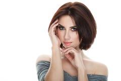成人可爱的新鲜的看起来的深色的妇女秀丽画象有摆在反对被隔绝的白色backg的华美的构成突然移动发型的 图库摄影