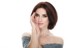 成人可爱的新鲜的看起来的深色的妇女秀丽画象有摆在反对被隔绝的白色backg的华美的构成突然移动发型的 库存图片