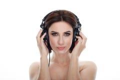 成人可爱的新鲜的看起来的深色的妇女秀丽画象有摆在反对isolat的华美的构成dj耳机突然移动发型的 免版税图库摄影