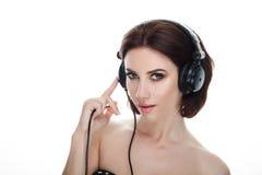 成人可爱的新鲜的看起来的深色的妇女秀丽画象有摆在反对isolat的华美的构成dj耳机突然移动发型的 免版税库存照片