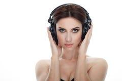 成人可爱的新鲜的看起来的深色的妇女秀丽画象有摆在反对isolat的华美的构成dj耳机突然移动发型的 库存照片
