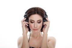 成人可爱的新鲜的看起来的深色的妇女秀丽画象有闭合的摆在ag的眼睛华美的构成dj耳机突然移动发型的 库存图片