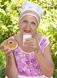 成人吃女性新鲜的牛奶饼 免版税库存图片