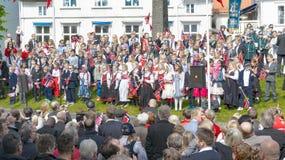 成人和孩子传统挪威服装的 免版税库存图片