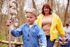 成人和孩子步行的在室外活动中心 免版税库存照片