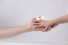 成人和child& x27; s手感人的帮助柔软 免版税库存照片