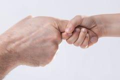 成人和child& x27; s手感人的帮助柔软 免版税图库摄影