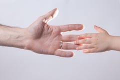 成人和child& x27; s手感人的帮助柔软 库存图片