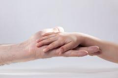 成人和child& x27; s手感人的帮助柔软 库存照片