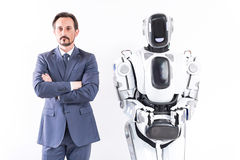成人商人和机器人展示自我控制 免版税库存图片