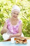 成人喝女性新鲜的牛奶 图库摄影