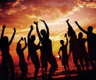 年轻成人夏天海滩党跳舞概念 库存照片