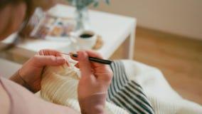 成人夫人在一间舒适屋子在家编织 一个年迈的人的业余时间 影视素材