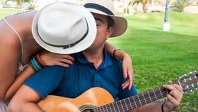 成人夫妇一起享受室外娱乐活动 股票视频