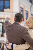 成人夫妇常设外部和看的房子 图库摄影