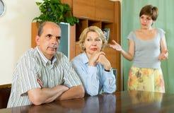 成人女儿谈话与父母 免版税库存图片