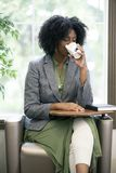 成人学生饮用的咖啡在类面前 免版税库存照片