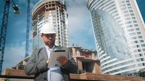 成人工程师或建筑师使用运转中一种的片剂 写一则消息或检查图画 反对背景是 影视素材