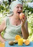 成人开胃吃新鲜水果妇女 免版税库存图片
