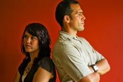 成人恼怒的夫妇与疯狂的年轻人战斗 免版税库存照片