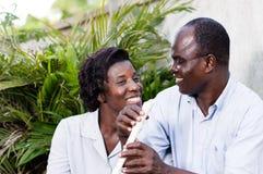 成人愉快的夫妇在眼睛看 免版税图库摄影