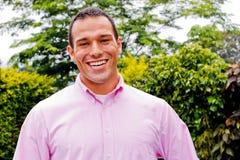成人愉快的男微笑的年轻人 免版税库存照片