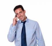 成人拉丁人发表演讲关于他的手机 免版税库存图片