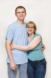 成人拥抱的妈妈儿子 免版税库存照片