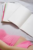 成人日记帐读取妇女年轻人 免版税库存图片