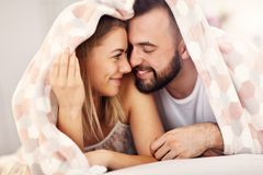 成人有吸引力的夫妇在床上 免版税库存图片