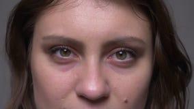 成人有吸引力的深色的女性面孔特写镜头射击与是她的眼睛的结束的打开和看照相机与 股票录像