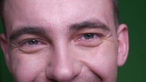 成人有吸引力的男性面孔特写镜头射击与看与微笑的表情的眼睛的照相机有背景 股票视频