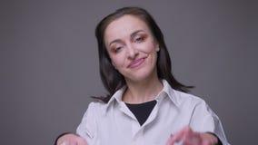 成人有吸引力的白种人femaleblogger特写镜头画象谈话在与订户的照相机有被隔绝的背景 股票录像