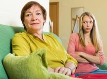 成人有女儿和的母亲争吵 库存照片