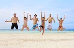 成人有海滩的乐趣年轻人 免版税图库摄影