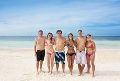 成人有海滩的乐趣年轻人 免版税库存照片
