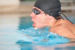 成人游泳者年轻人 免版税库存照片