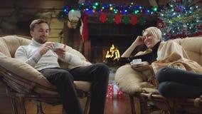 成人男人和妇女饮料咖啡和谈话在新年夜 影视素材