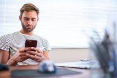 成人白种人人繁忙键入在他的电话,当安装时 库存照片