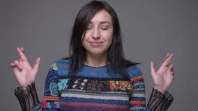 成人白种人深色的女性打手势的手指特写镜头画象横渡了是有希望和担心的看 股票录像