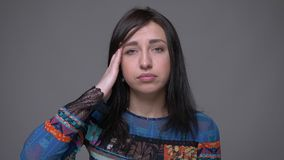 成人白种人深色的女性特写镜头画象有头疼和疲倦看照相机有背景 股票视频